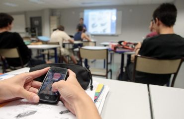 un élève sort son portable en cours de maths